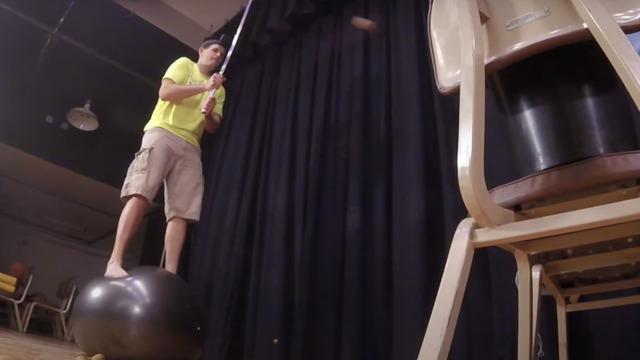 Американец установил мировой рекорд по нарезке киви мечом