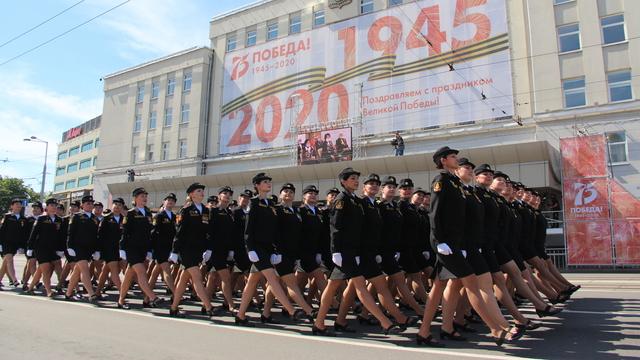 Командующий Балтфлотом поощрит участницу парада в Калининграде, потерявшую туфлю (видео)
