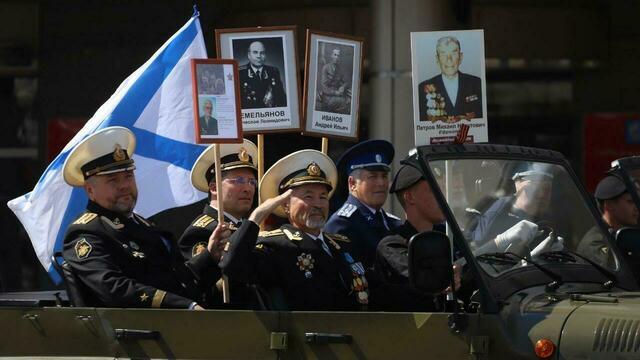 """""""Без никого"""" не получилось: калининградцы пришли посмотреть парад (фото)"""