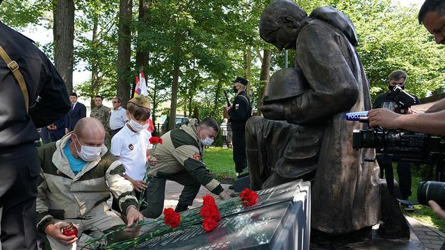 Под Зеленоградском на месте захоронения павших в 1945-м бойцов открыли памятник (фото)