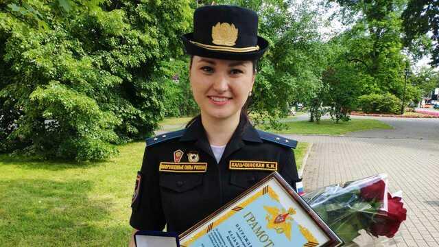 В Калининграде наградили потерявшую туфлю участницу парада