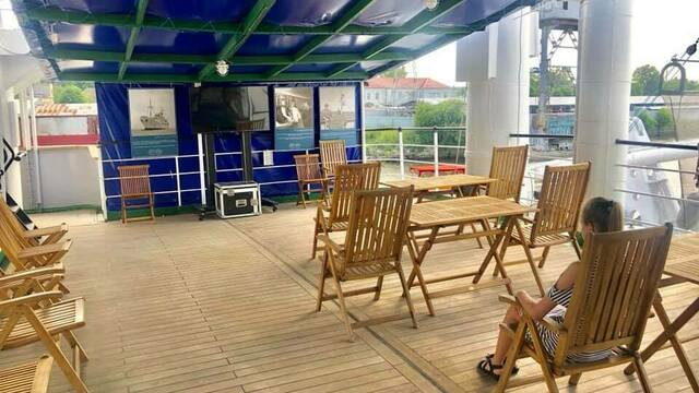 В Калининграде организовали кинотеатр на палубе корабля