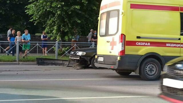 Московский проспект встал в двухкилометровой пробке из-за ДТП с Audi (фото)
