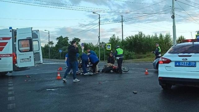 На перекрёстке Емельянова и Окружной в ДТП с автобусом пострадал мотоциклист (фото)