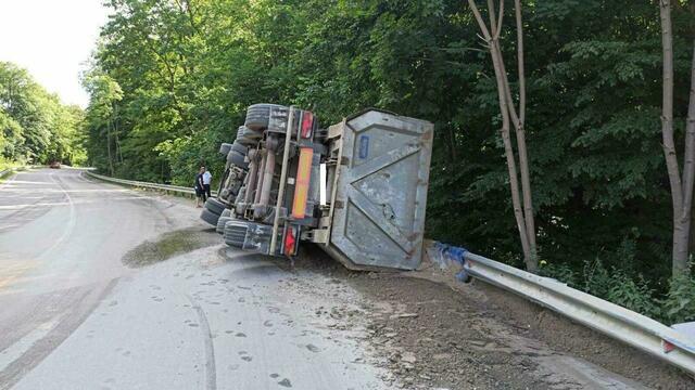 Под Озерками перевернулся грузовик, пострадал водитель (фото, видео)