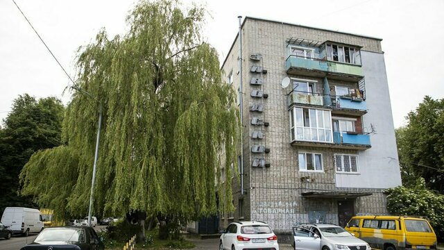 Воды по колено: в Калининграде три года затапливает подвал жилого дома (фото, видео)