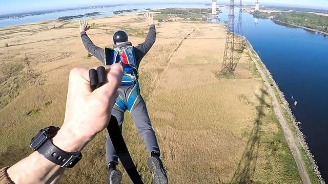 18-летний калининградский парашютист прыгнул с самой высокой в России стилизованной опоры ЛЭП (фото, видео)