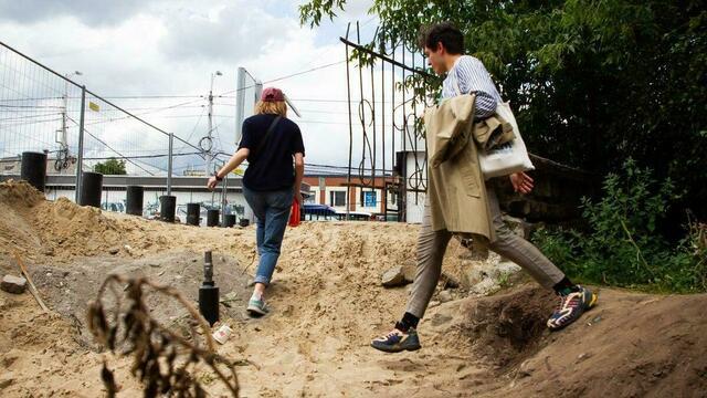 Заплутавшие пенсионеры и зияющие ямы: как идёт реконструкция сквера на Рокоссовского (фоторепортаж)