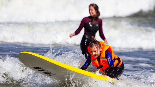 В Зеленоградске для детей-инвалидов провели занятия по сёрфингу (фото)