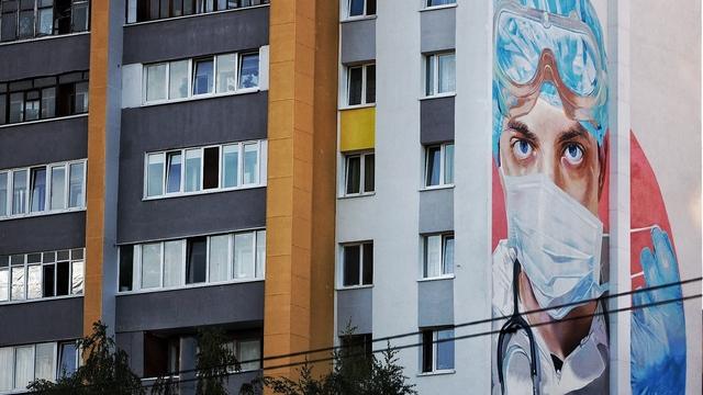 На стене дома на Московском проспекте появился портрет врача (фото)