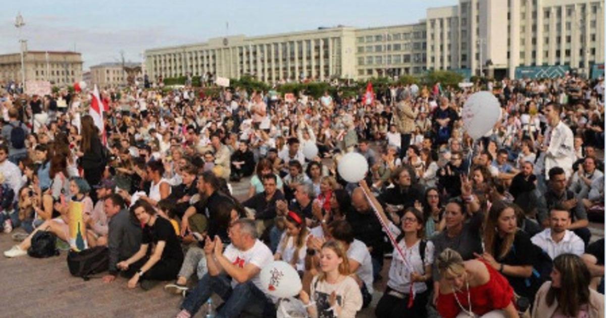 В Минске тысячи протестующих вышли на площадь у Дома правительства