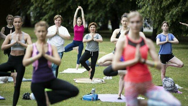 Бесплатные занятия йогой в парке Победы продлены на сентябрь