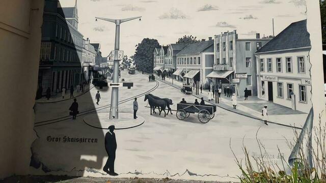 Трамвайная колея и уличные часы: в Большаково появились граффити с изображением довоенного посёлка (фото)