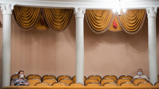 Зрители в драмтеатре во время закрытой репетиции спектакля перед открытием сезона