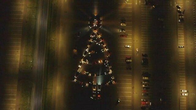Калининградские автомобилисты выстроили из машин новогоднюю ёлку (видео)