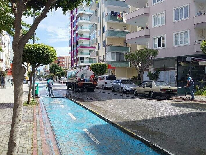 Улицы до сих пор моют хлоркой и оттирают щётками, а на городские пляжи начали возвращаться туристы | Фото: личный архив семьи