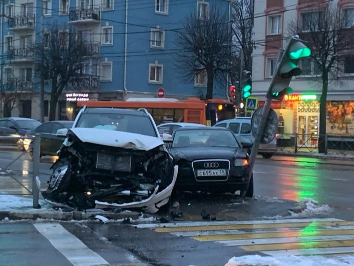 На пересечении Театральной и Ленпроспекта столкнулись Mercedes и Audi, есть пострадавшая (фото) - Новости Калининграда | Фото: очевидец