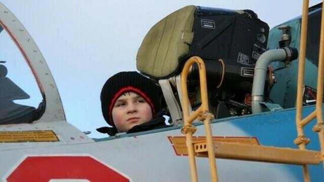 Посидел в настоящем истребителе: Балтфлот исполнил мечту 11-летнего мальчика из детдома