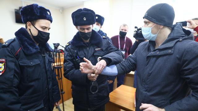 Слёзы и наручники: приговор экс-полицейским по делу обварившегося в отделе на Киевской в фотографиях