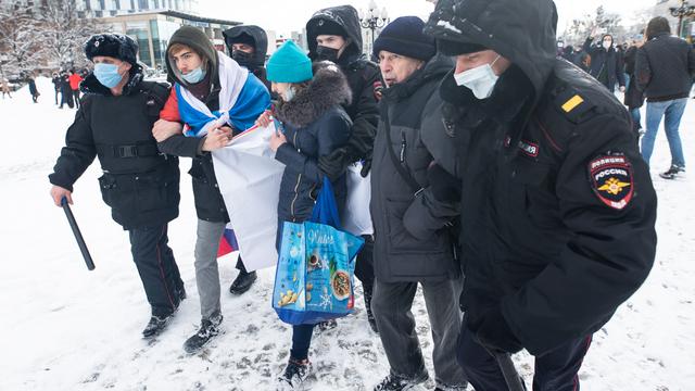Задержания на несогласованной акции сторонников Навального в Калининграде (фото)