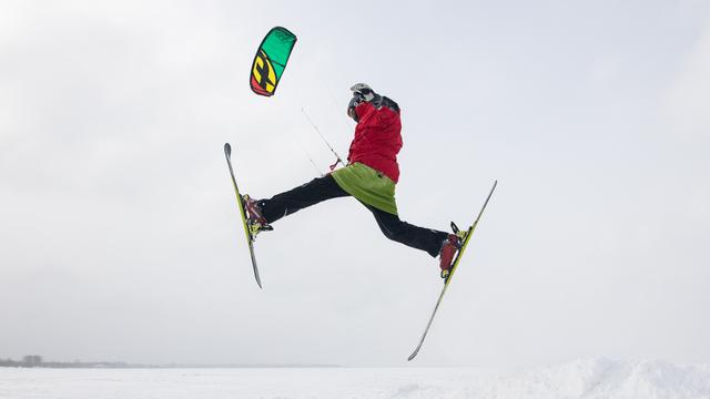 Белая пустыня: как кайтсёрферы катаются на льду Калининградского залива (фоторепортаж)