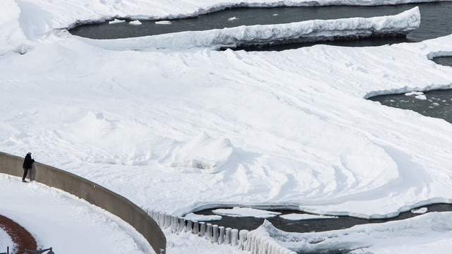 Человек и стихия: фоторепортаж с замёрзшего моря в Светлогорске