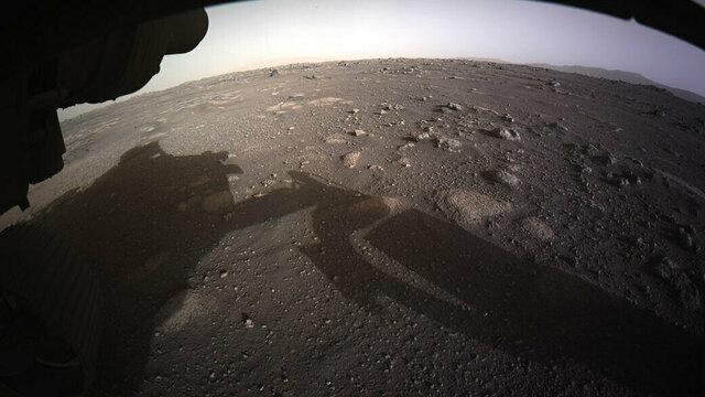 Nasa показало первые цветные фото с Марса