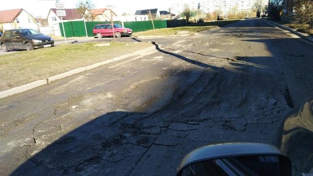 В Калининграде после строительства магазина на улице Громовой просел участок дороги (фото)