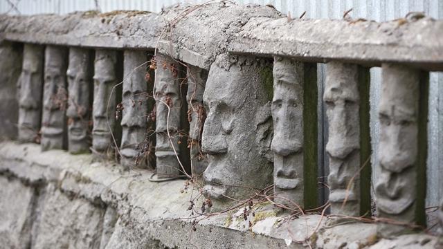 Калининградский остров Пасхи: что известно о заборе с лицами моаи на проспекте Победы