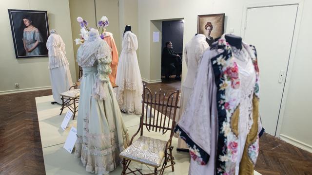 Изящные убийства булавками и 40 роскошных нарядов: Александр Васильев открыл модную выставку в Калининграде