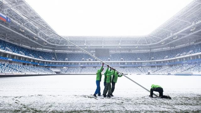 Снег на арене и необычные ворота: как стадион