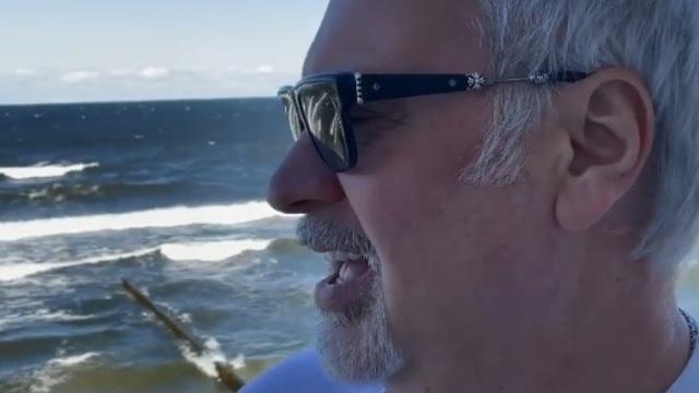 Хотел покататься на волнах, но помешал шторм: Валерий Меладзе опубликовал видео с пляжа в Светлогорске