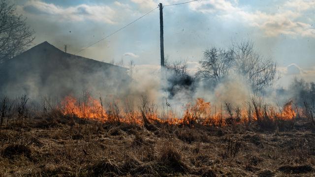 Горит трава у дома: как пожарные-добровольцы из Питера и Москвы патрулировали Калининградскую область