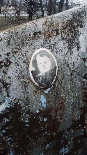 Фотография с другого тройного захоронения — выйти на родственников погибшего не удаётся   Фото: Алексей Татаренков