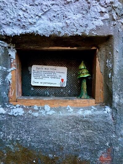 В Калининграде восстановили разбитого дедушку-гнома на старинном здании и слепили ещё одного внучка (фото) - Новости Калининграда | Фото: из личного архива художницы