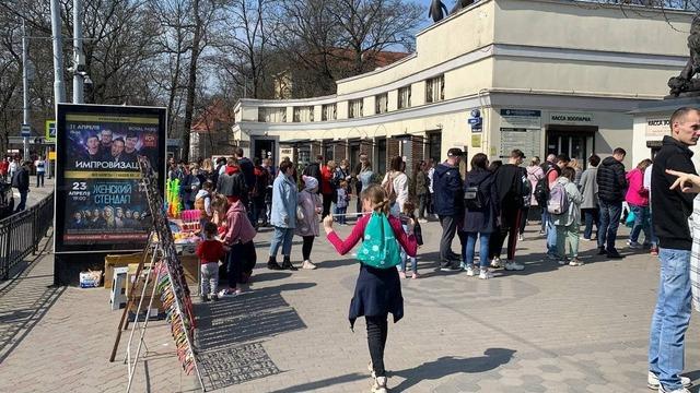 На входе в Калининградский зоопарк вновь собралась очередь из десятков посетителей