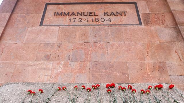 Фото дня: люди несут цветы к могиле Канта в день его рождения
