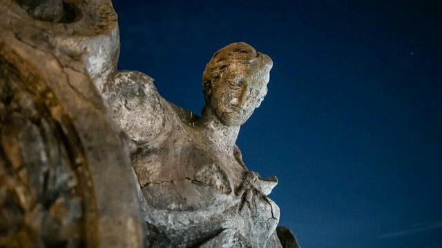С исторического здания на Ленинском проспекте в Калининграде демонтируют скульптуру