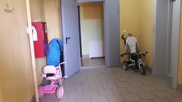 «Ударила в голову с ноги»: что говорят жильцы дома на Левитана, где нашли избитого и полураздетого ребёнка