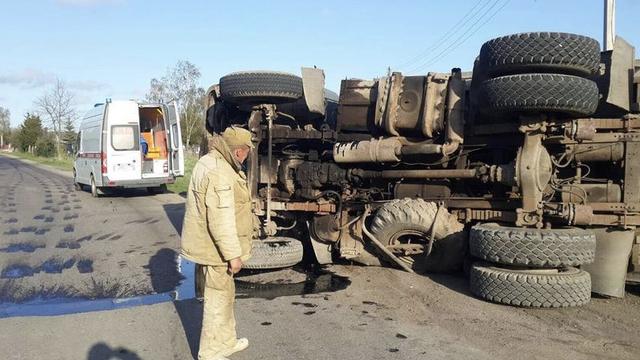 В Полесске опрокинулся грузовик, пострадал водитель (фото)