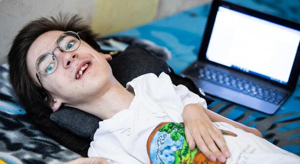 Правила не позволяют: в Калининградской области лежачий мальчик-инвалид не может сдать ОГЭ