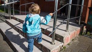Сидел на улице с разбитым лицом: калининградка нашла выпавшего из окна двухлетнего мальчика