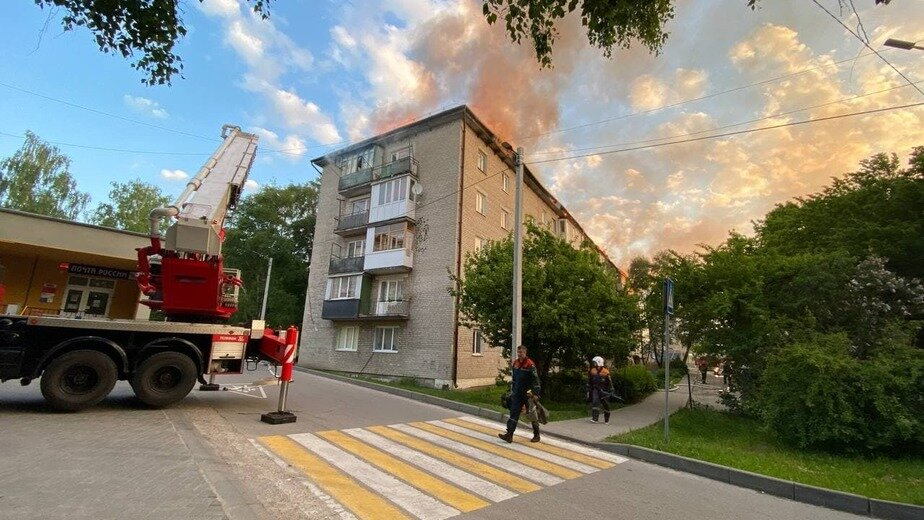 Пожар на крыше тушили до утра   Фото: предоставили жители дома
