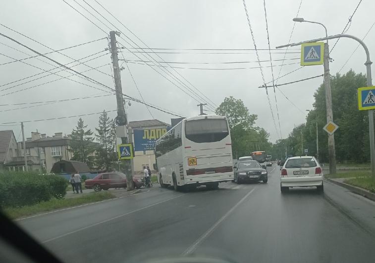 На Советском проспекте собралась пробка из-за ДТП с автобусом (фото, видео) - Новости Калининграда   Фото: Андрей Богданов