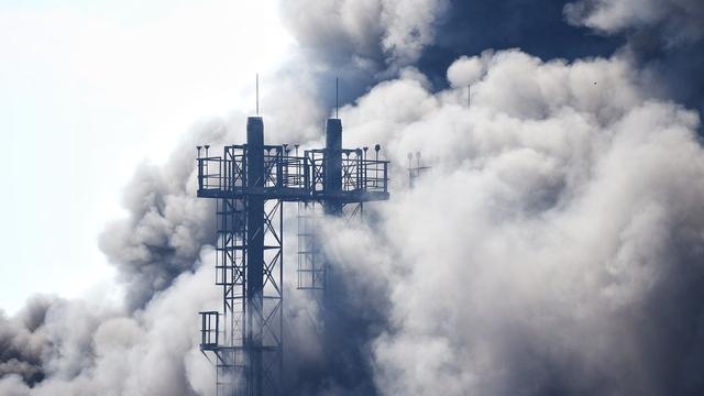Полсотни человек тушат пожар на площади 400 «квадратов» на «Мираторге» (фоторепортаж)
