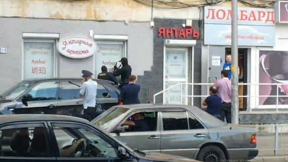 Сотрудники СОБР ломают окно магазина, внутри находятся Татьяна Попова и двое покупателей | Фото: предоставили потерпевшие по делу