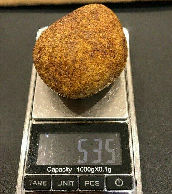 Один из камней — «каплю» весом 53 грамма — нашли после обыска на прилавке магазина в Китае | Фото: предоставила Татьяна Попова
