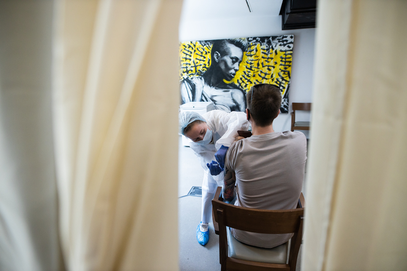«Без безумных очередей»: в Калининграде открылся первый в России мобильный пункт вакцинации на базе общепита (фото) - Новости Калининграда | Фото: Александр Подгорчук