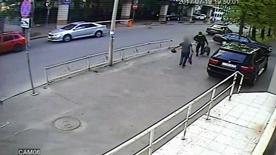 Из «Янтраной Альтоны» выносят сумку набитую, предположительно, янтарём | Кадр видеозаписи с камеры соседнего ломбарда