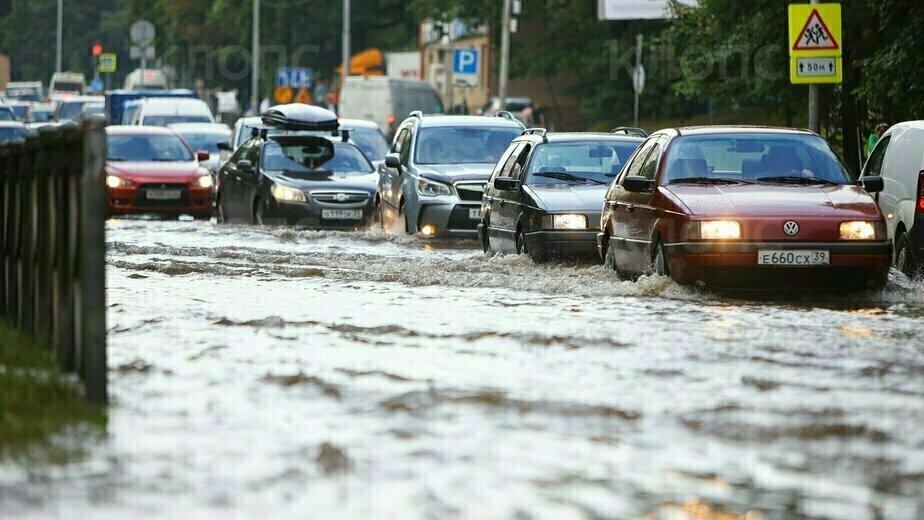 В Калининграде из-за прорыва трубы затопило дорогу (фото, видео) - Новости Калининграда | Фото Александра Подгорчука